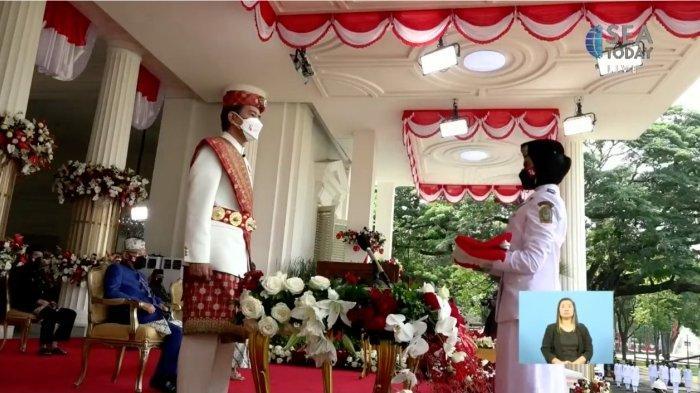 Momen saat anggota Paskibraka menerima Bendera Pusaka Merah Putih dari Presiden RI Joko Widodo untuk dikibarkan dalam pelaksanaan upacara peringatan HUT Ke-76 RI di Istana Merdeka Jakarta, Selasa (17/8). Momen ini disiarkan secara langsung oleh kanal TV inhouse IndiHome, SEA Today, sebagai Official Broadcaster. Keberhasilan SEA Today menjalankan peran sebagai Official Broadcaster Upacara Peringatan ke-76 HUT RI adalah bentuk persembahan TelkomGroup untuk membangun Indonesia yang tangguh, tumbuh, dan go digital.