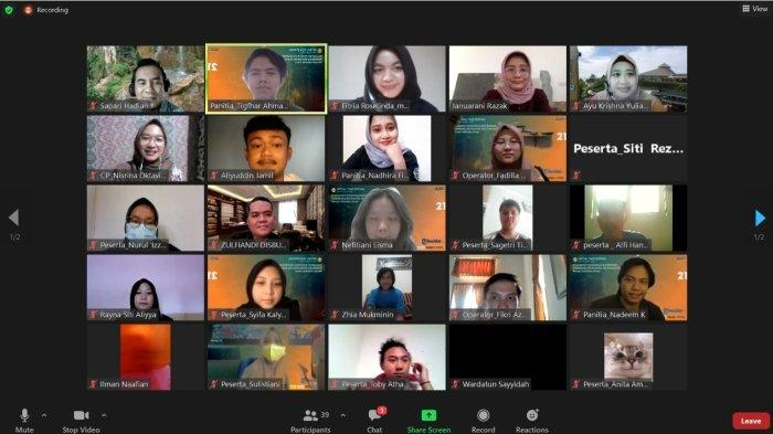 Para peserta webinar KKN - PPM Integratif Virtual Universitas Padjadjaran sedang melakukan talkshow secara daring.*