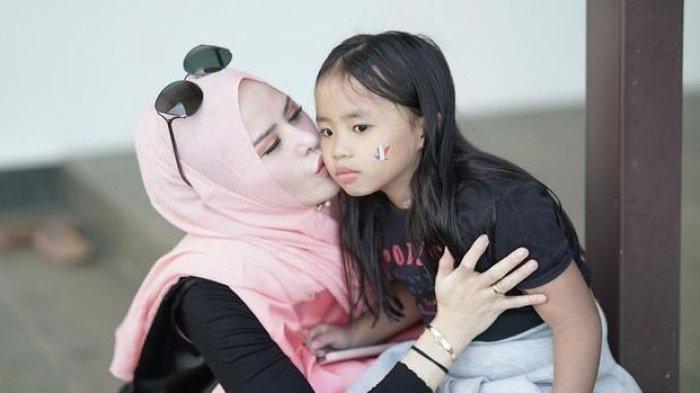 Foto Angel Lelga dan Putrinya, Haura. (instagram @angellelga)