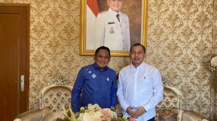 Wakil ketua Komisi II DPRd Bekasi, Nyumarno berfoto bersama Eka Supria Atmaja