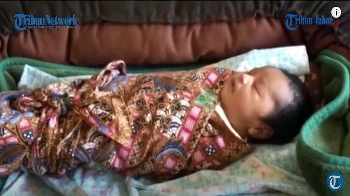 Foto bayi perempuan yang dilahirkan Siti Jainah, ibu yang tidak merasa hamil