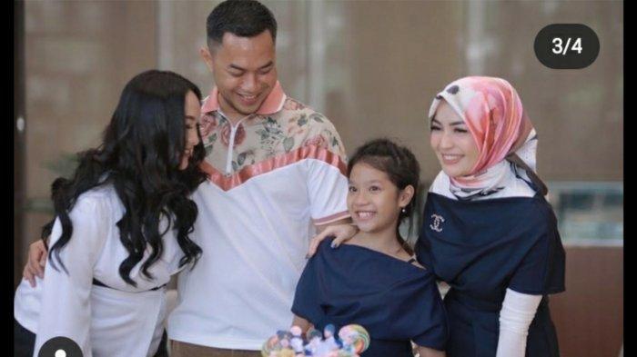 Zaskia Gotik, Sirajuddin Mahmud, dan Imel Putri merayakan ulang tahun Aqila.