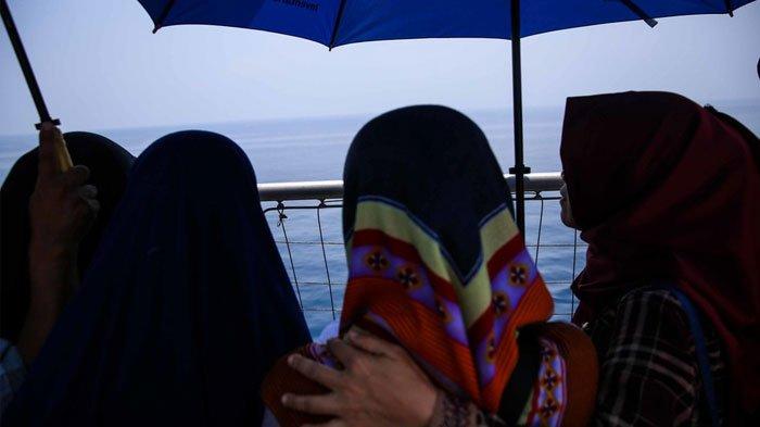 Berita Foto: Keluarga Korban Lion Air PK-LQP Tabur Bunga di Lokasi Jatuhnya Pesawat - foto-keluarga-korban-lion-air-pk-lqp-tabur-bunga-di-perairan-karawang_20181106_163206.jpg
