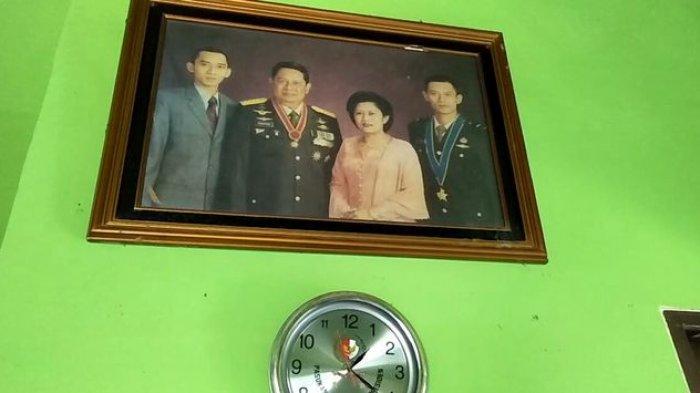 Foto keluarga presiden keenam Indonesia ada di rumah Popon.