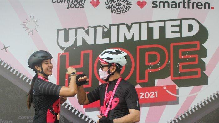 Influencer Anya Geraldine dan Djoko Tata Ibrahim, Deputy CEO Smartfren usai menyelesaikan acara bersepeda santai dalam rangkaian proses peluncuran jersey bersepeda Unlimited Hope hasil kokreasi Smartfren, Show The Monster dan Common Spot di Jakarta, pada Sabtu (27/3). Sebagian hasil penjualan jersey tersebut akan digunakan untuk pemberdayaan UMKM melalui Teman Kreasi Indonesia.