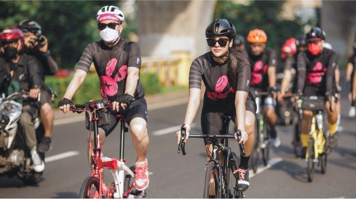 Djoko Tata Ibrahim, Deputy CEO Smartfren dan influencer Anya Geraldine mengenakan jersey bersepeda