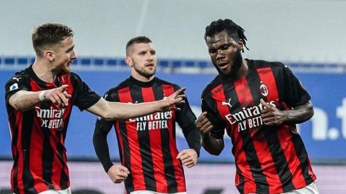 Franck Kessie (kanan) disambut pemain AC Milan setelah mencetak gol pada menit ke-45 lewat tendangan penalti ke gawang Sampdoria AC Milan berhasil menang atas Sampdoria 1-2 di Stadion Luigi Ferraris, Senin (7/12/2020) dini hari WIB.