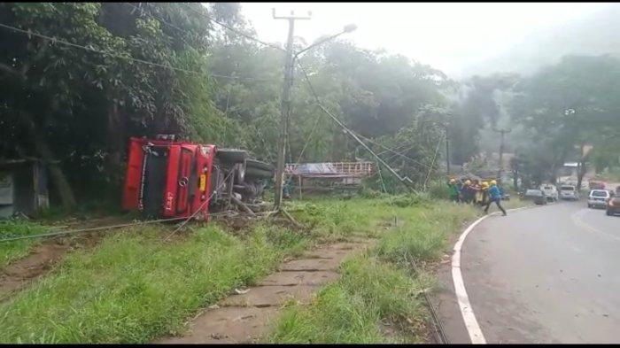 Truk Fuso Terguling di Jalan Raya Bandung-Garut, Sopir Mengaku Luka Ringan