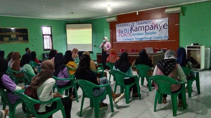 Pembekalan terhadap puluhan gadis remaja di Kelurahan Caringin, Kota Bandung, Jumat (20/11/2020). Mereka akan ikut kampanye Gadis Cantic ingat Pacarku.