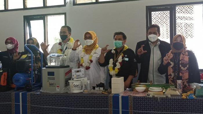 Galeri 24 memberikan CSR alat praktik mengolah perhiasan emas kepada SMKN 14 Bandung.