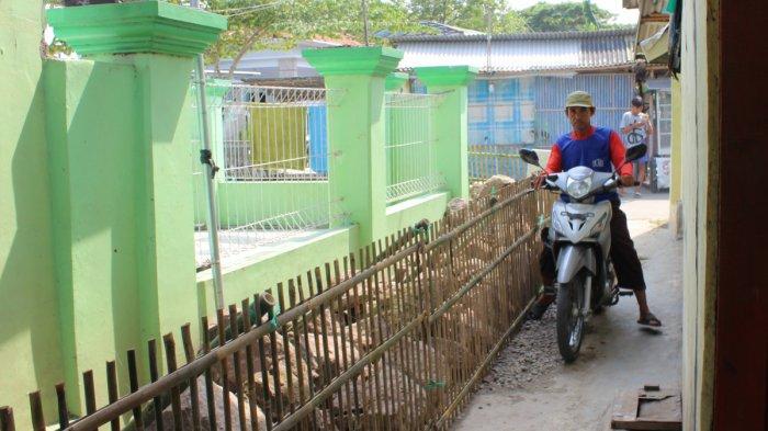 Calon Kades Jagoannya Kalah, Pendukung Blokir Jalan Kampung di Indramayu