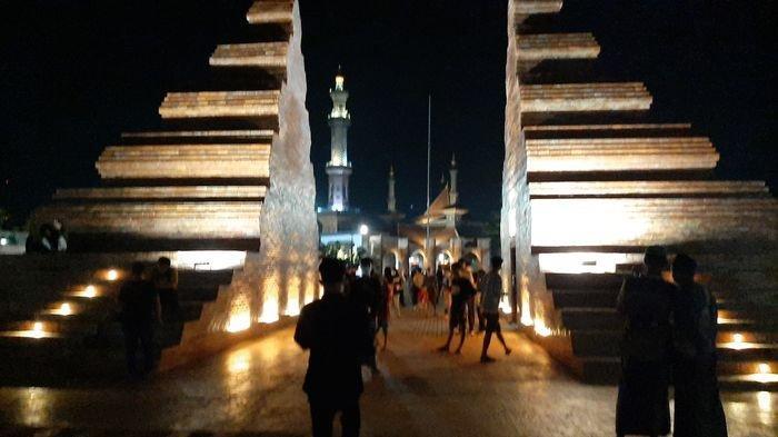 Gapura candi bentar di Alun-alun Kejaksan, Jalan Kartini, Kota Cirebon, Rabu (14/4/2021) malam.