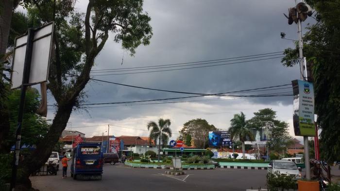 Awan hitam bergelayut di Tarogongkidul, nampak dari Simpang Lima, Kabupaten Garut, Sabtu (29/11/2014).