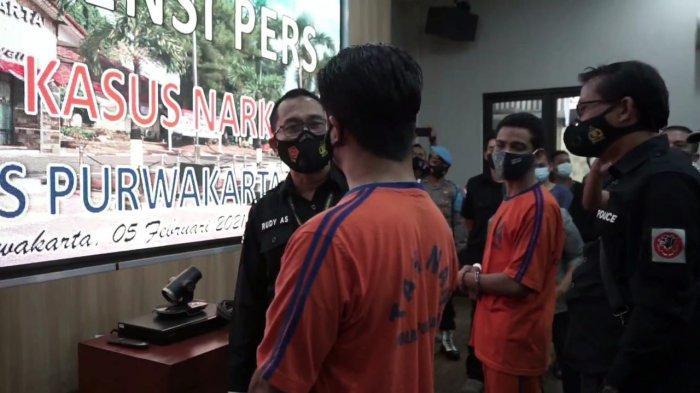 Dirnarkoba Polda Jabar Kombes Rudy Ahmad Sudrajat saat menanyai Gathan Saleh Hilabi, mantan suami Dina Lorenza, yang tertangkap sedang mengisap ganja.