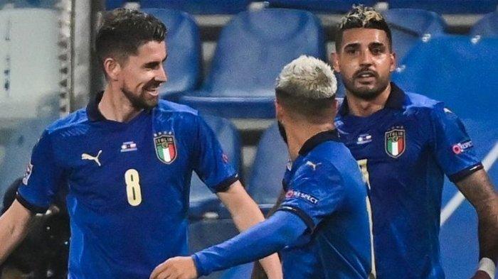 Gelandang Italia Jorginho (kiri) merayakan dengan penyerang Italia Lorenzo Insigne (tengah) dan bek Italia Emerson setelah membuka skor pada UEFA Nations League A, pertandingan sepak bola Grup 1 Italia vs Polandia pada 15 November 2020 di stadion Mapei di Reggio Emilia.