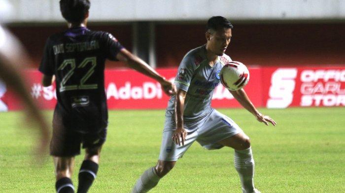 Gelandang Persib Bandung Dedi Kusnandar (kanan) melindungi bola dari sergapan pemain Persita Tangerang di Stadion Maguwoharjo, Senin (29/3/2021) di ajang Piala Menpora 2021