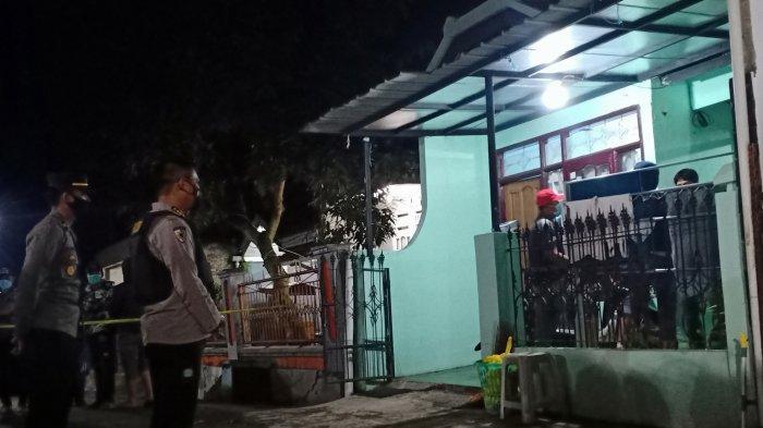 Proses penggeledahan yang dilakukan polisi di sebuah rumah di Cangkuang, Kabupaten Bandung, Rabu (31/3/2021) malam.