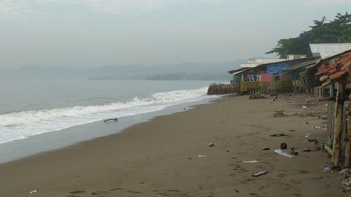 Pagi Ini Gelombang Tinggi di Sukabumi, Air Laut Sampai Naik ke Warung-warung di Pantai Citepus