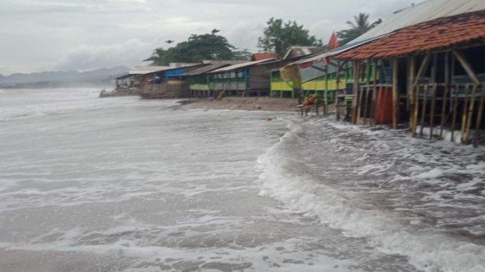 Waspada Gelombang Pasang, Air Masuk Ke Warung dan Cafe Tepi Pantai
