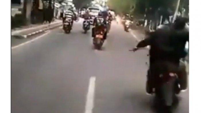 Subuh Tadi, 2 Orang Mengendarai Motor Arahkan Senjata Tajam di Jalan, Pelaku Penusukan di Cimahi?