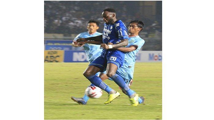 Pemain Persib Bandung Geoffrey Castillion berduel dengan pemain Persela Lamongan, di Stadion Si Jalak Harupat, Bandung, Minggu (1/3/2020)