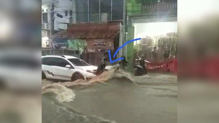 Air Meluap di Jalan Cihanjuang Perbatasan KBB-Cimahi, Gerobak Penjual Roti Terbawa Arus