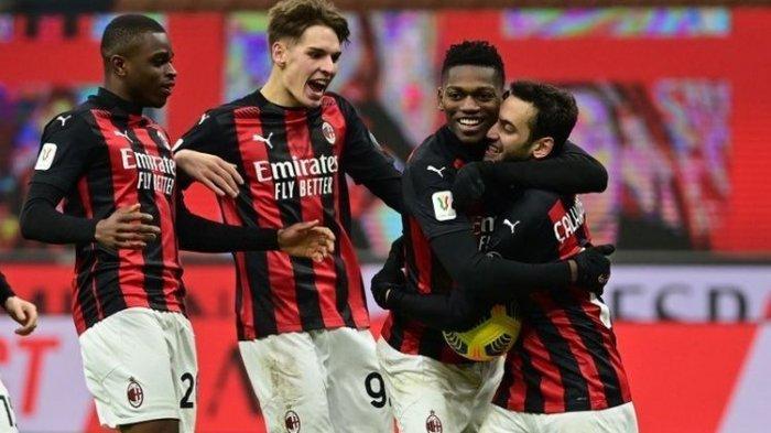 Gelandang AC Milan, Giacomo Olzer (kedua dari kiri), merayakan kemenangan Rossoneri pada laga Coppa Italia kontra Torino di Stadion San Siro, Rabu (13/1/2021) dini hari WIB.