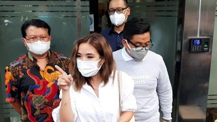 Gisella Anastasia seusai menyelesaikan proses pemeriksaan terkait kasus video syur diduga dirinya di Polda Metro Jaya, Selasa (17/11/2020).