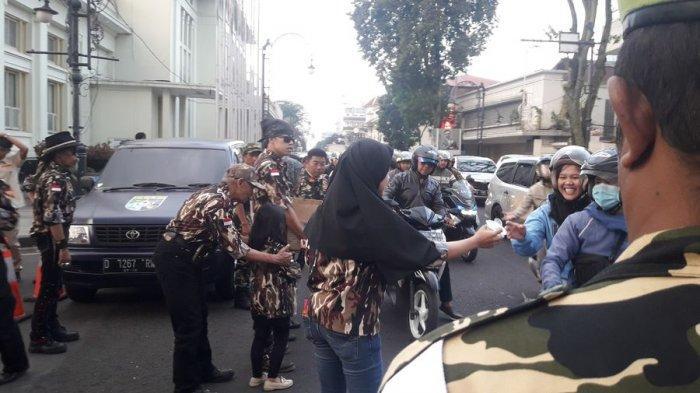 GM FKPPI dan Pemuda Pancamarga Berbagi Takjil Gratis di Jalan Asia Afrika Bandung