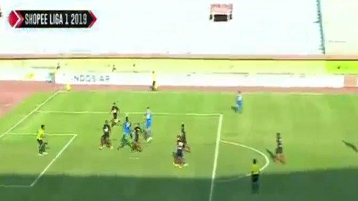 Bobotoh Wajib Push Up, Sundulan King Eze Bawa Persib Memimpin, Sayang Ada Penalti Tibo, Skor 1-1