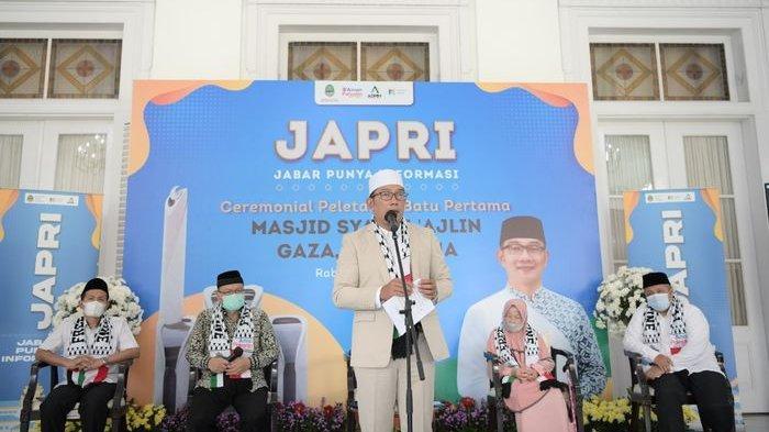 Gubernur Jawa Barat, Ridwan Kamil, saat berpidato dalam acara seremoni peletakan batu pertama tanda dimulainya pembangunan kembali Masjid Syaikh 'Ajlin di Gaza, Palestina, Rabu (7/4/2021).