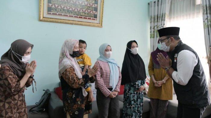 Gubernur Jabar Ridwan Kamil Kunjungi Rumah Duka Kru KRI Nanggala Kolonel Laut (E) Anumerta Irfan S