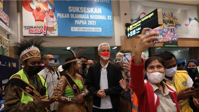 Gubernur Jawa Tengah Ganjar Pranowo tiba di Bandara Sentani Jayapura, Jumat (1/10/2021).