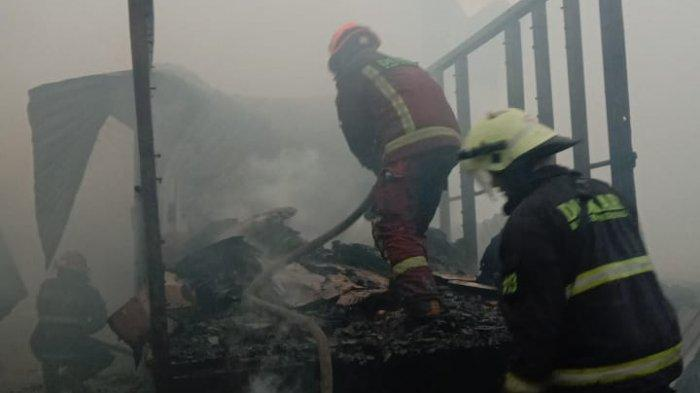 Gudang Barang Bekas di Margahayu Terbakar, Warga Bantu Selamatkan Barang-barang