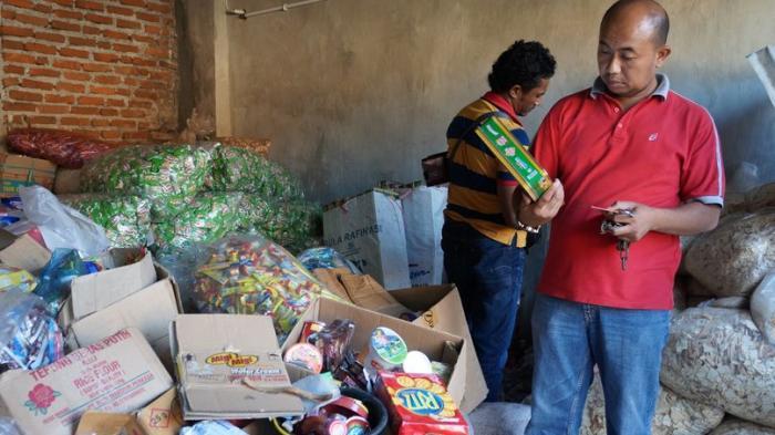 Pedagang di Garut Tertangkap Basah Jual Barang Kedaluwarsa, Stoknya Ada Segudang