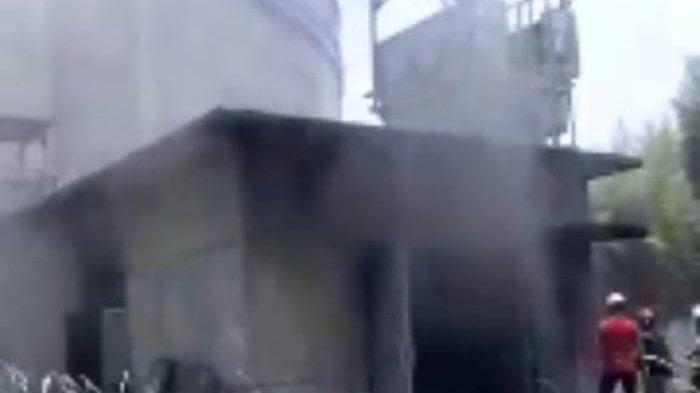 Gudang Semen SCG Terbakar, Lima Mobil Damkar Sukabumi Dengan Puluhan Personel Dikerahkan