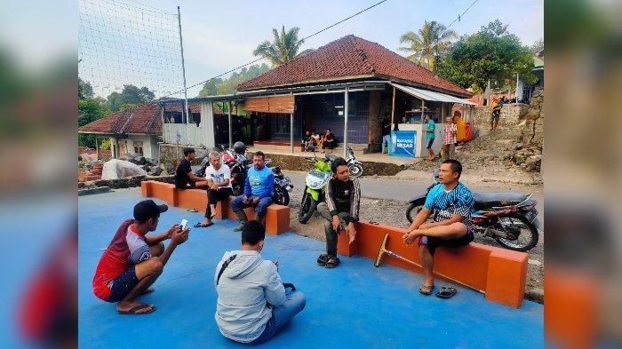 Sejumlah warga yang mengantar langsung para polisi ke lokasi penemuan bahan peledak bercerita di lapangan voli di Blok Malarhayu, Desa Bantaragung, Kecamatan Sindangwangi, Kabupaten Majalengka, Selasa (5/10/2021).