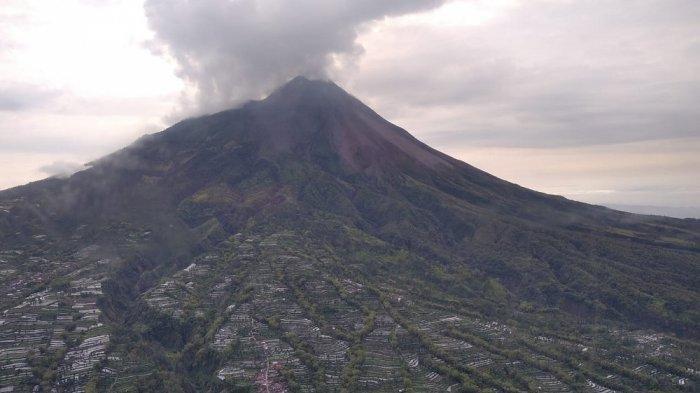 Gunung Merapi dari giat pemantauan Merapi melalui udara menggunakan Helikopter @BNPB_Indonesia. Berangkat dari Base Ops @_TNIAU Adisutjipto, Jumat (27/11/2020) pukul 07.32 WIB dan mendarat pukul 09.26 WIB
