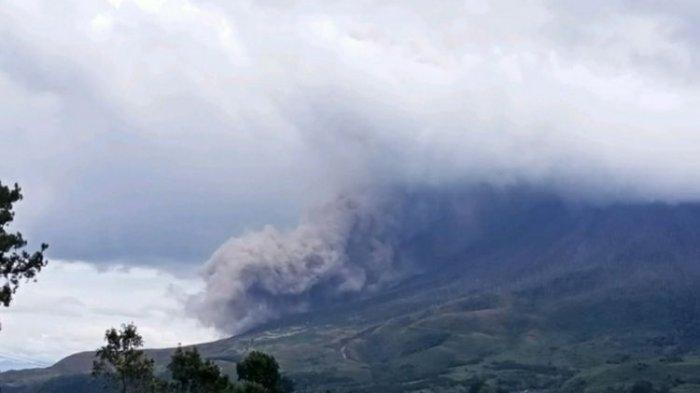 Gunung Sinabung Semburkan Kolom Abu Setinggi 1,5 Km
