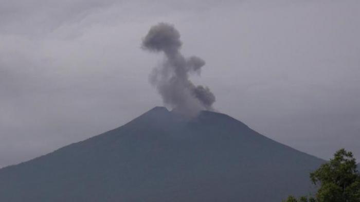 Gunung Slamet meletus mengeluarkan asap hitam bercampur uap air pada Kamis (13/33/2014) sekitar pukul 07.00 WIB.