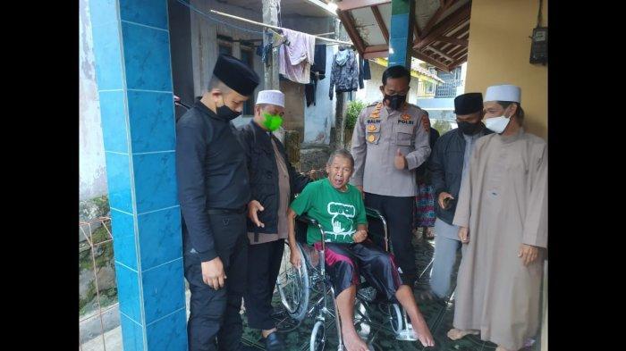 Dapat Bantuan Kursi Roda, Guru Ngaji di Cianjur Menangis, Sudah Dua Tahun Lumpuh akibat Stroke