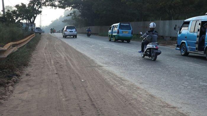 Wabup Bandung Perintahkan BPBD dan Damkar Bersihkan Ceceran Tanah Galian C di Nagreg