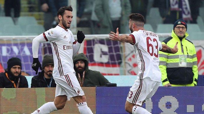 Hakan Calhanoglu merayakan gol bersama Patrick Cutrone (kanan)