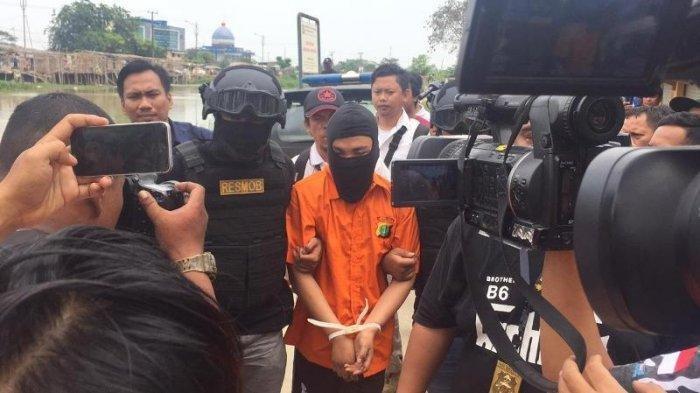 Cari Linggis yang Digunakan untuk Membunuh Satu Keluarga di Bekasi, Polisi Hadirkan Haris Simamora