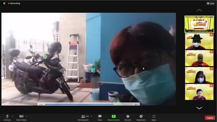 Wanita tangguh yang bercerita mengenai pengalaman uniknya menjalani profesi sebagai ojek online bersama motor Honda