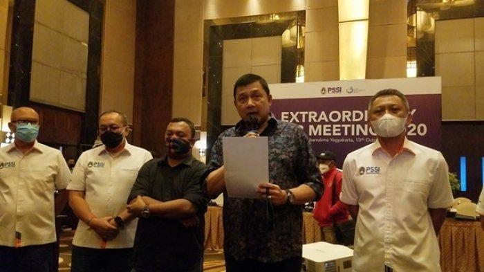 General Manajer Borneo FC, Firman Achmadi, didampingi jajaran direksi PT LIB membacakan pernyataan sikap hasil extraordinary meeting klub Liga 1 2020 di Royal Ambarrukmo Yogyakarta, Selasa (13/10/2020).