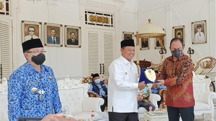 PWI Jabar Beri Pak Uu dan Bupati Cianjur Penghargaan sebagai Kepala Daerah Peduli Wartawan