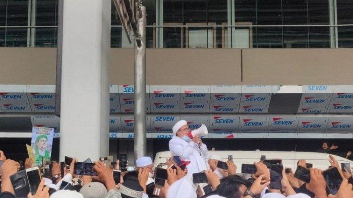 Habib Rizieq Shihab menyapa simpatisan yang menyambutnya di Bandara Soekarno Hatta.