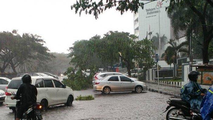 Lagi Liburan di Bandung? Waspada! Siang Hari akan Diguyur Hujan Disertai Petir
