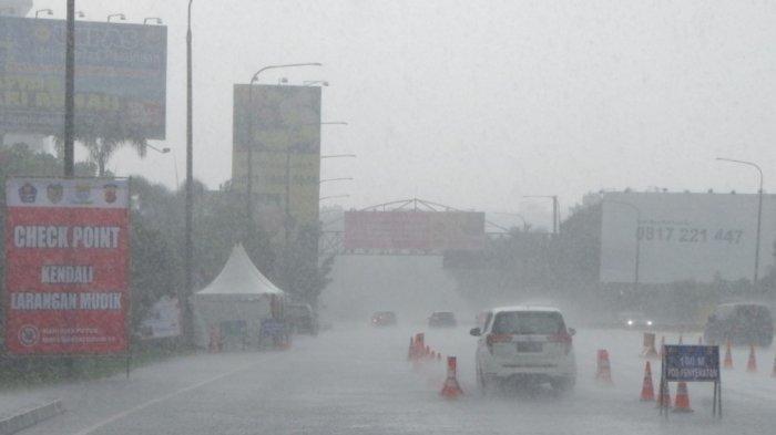 Hujan deras di Pasteur Bandung, Jumat (7/5/2021)